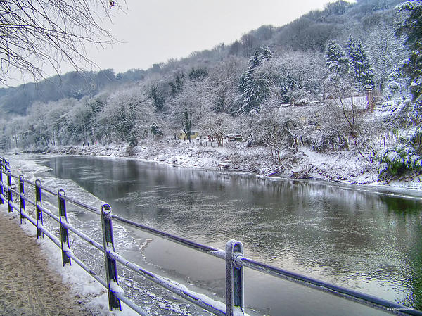 the-river-severn-in-ironbridge-frozen-during-winter